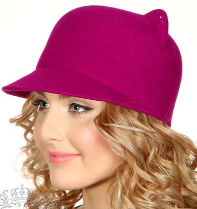Розовая шапка с козырьком и