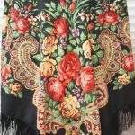 чёрный платок с красными розами в русском стиле.