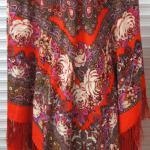 красный платок с кистями