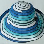 сине-белая пляжная шляпа
