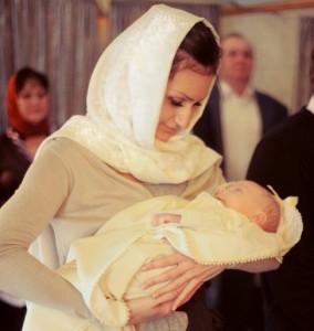 Вы решили крестить вашего малыша и задумались, чем прикрыть голову в церкви, ведь в православии женщинам не принято заходить в храм с непокрытой головой.