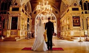женщинам не разрешается входить в церковь с непокрытой головой, поэтому не забудьте накинуть на голову светлый платок или палантин