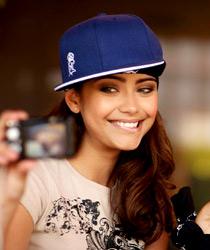 Молодёжь обычно носит этот головной убор козырьком вбок или даже назад, поэтому у многих кепок оформление есть и сзади.Часто можно увидеть, что рэперскую кепку одевают на бандану