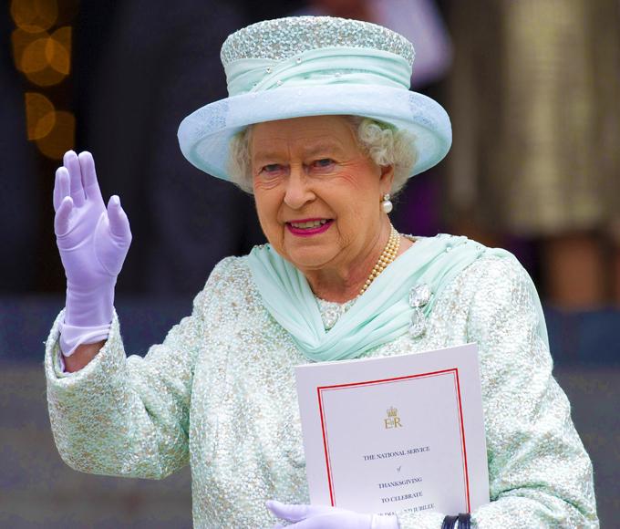 английская королева в шляпе