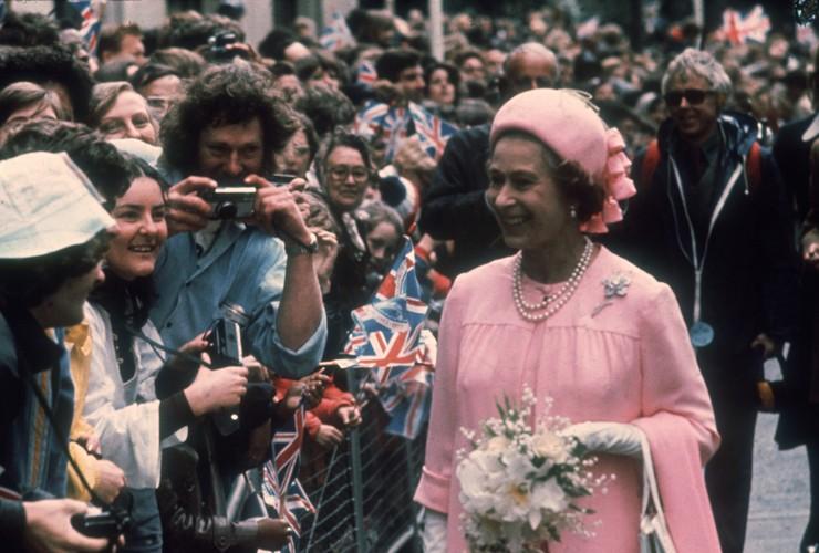 Елизавета II 1977 на Серебрянном юбилее в шляпке