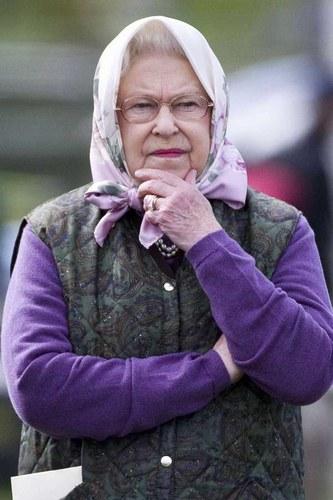 Елизавета II в платке2