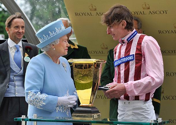 Королева Елизавета II вручает награду