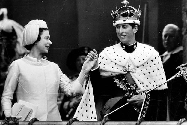 Королева Елизавета и принц Уэльский Чарльз в 1969.